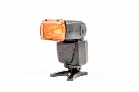 Vue oblique d'une unité noire de flash externe unbranded pour appareil photo reflex numérique avec le réchauffement diffuseur appliqué Banque d'images