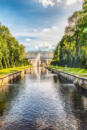 PETERHOF, RUSSIE - 28 AOÛT: Vue panoramique sur le palais de Peterhof, la Grande Cascade et la Manche de la mer, en Russie, le 28 août 2016.
