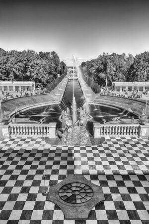 palacio ruso: PETERHOF, RUSSIA - AUGUST 28: Scenic view from the terrace of Peterhof Palace, Russia, on August 28, 2016.