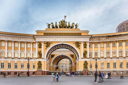 ST. PETERSBOURG, RUSSIE - 28 août: Le bâtiment général du personnel, Saint-Pétersbourg, Russie le 28 Août 2016. Le bâtiment est situé dans la place du Palais, en face du Musée de l'Ermitage Éditoriale