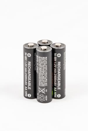 Quatre piles rechargeables AA noir sans marque, isolées sur fond blanc