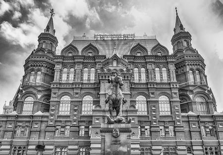 Vue panoramique du musée historique de l'État et statue du maréchal Zhukov, repère emblématique au centre de Moscou, en Russie