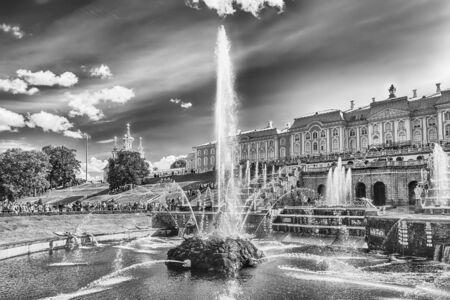 PETERHOF, RUSSIE - le 28 août: Vue panoramique du Grand Cascade, Palais Peterhof, Russie, le 28 Août, ici 2016.