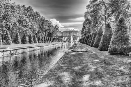 PETERHOF, RUSSIE - 28 août: Vue panoramique sur la Manche mer à Peterhof Gardens, la Russie, le 28 Août 2016. Le complexe Peterhof Palace and Gardens est reconnu comme un site du patrimoine mondial de l'UNESCO
