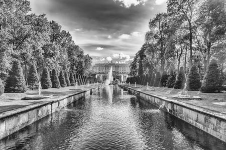 PETERHOF, RUSSIE - 28 AOÛT: Vue panoramique sur le palais de Peterhof, la Grande Cascade et la Manche de la mer, en Russie, le 28 août 2016. Le complexe Peterhof Palace and Gardens est reconnu comme site du patrimoine mondial de l'UNESCO