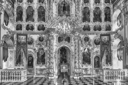 PETERHOF, RUSSIE - 28 AOÛT: Intérieur de l'église du Grand Palais à Peterhof, en Russie, le 28 août 2016.