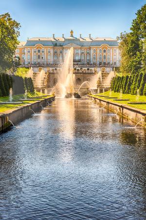 PETERHOF, RUSSIE - 28 AOÛT: Vue panoramique sur le Palais Peterhof, la Grande Cascade et la Manche de la Mer, en Russie, le 28 août 2016. Le Palais Peterhof Éditoriale