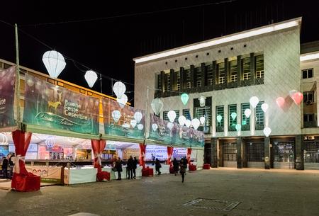 COSENZA, ITALIE - 28 DÉCEMBRE: temps de Noël à Piazza dei Bruzi, emplacement de l'édifice de la mairie de Cosenza, Italie, 28 décembre 2016