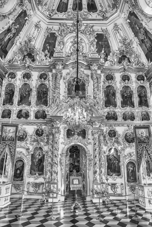 PETERHOF, RUSSIE - 28 AOÛT: Intérieur le 28 Août de l'Eglise du Grand Palais à Peterhof, Russie, 2016. Le complexe du palais Peterhof et des jardins est reconnu comme site du patrimoine mondial de l'UNESCO