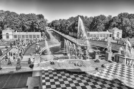 PETERHOF, RUSSIE - 28 AOÛT: Vue panoramique depuis la terrasse du Palais Peterhof, en Russie, le 28 août 2016. Le complexe Peterhof Palace and Gardens est reconnu comme site du patrimoine mondial de l'UNESCO