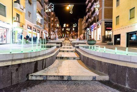 COSENZA, ITALIE - LE 28 DÉCEMBRE: La rue pittoresque appelée par l'Arabie la nuit, visite à Cosenza, Italie, le 28 décembre 2016