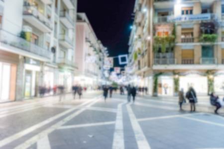 Fond décalé de Corso Mazzini, rue principale de Cosenza, Italie. Post-production imprégnée intentionnellement pour l'effet bokeh
