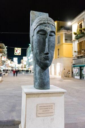 COSENZA, ITALIE - 28 DÉCEMBRE: Le chef de la cariatide, une sculpture d'Amedeo Modigliani, est un monument public sur la rue principale de Cosenza, Italie, le 28 décembre 2016