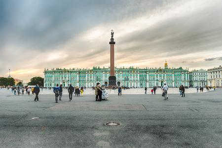 ST. PETERSBURG, RUSSIE - 28 AOÛT: Colonne d'Alexandre et la façade du Palais d'Hiver, maison du Musée de l'Hermitage à Saint-Pétersbourg, Russie, le 28 août 2016