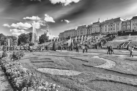 PETERHOF, RUSSIE - 28 AOÛT: Vue du Palais Peterhof et des jardins, en Russie, le 28 août 2016. Le complexe Peterhof Palace and Gardens est reconnu comme site du patrimoine mondial de l'UNESCO Éditoriale