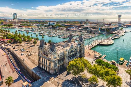 Vista aérea escénica de Port Vell desde la parte superior del monumento a Colón, Barcelona, ??Cataluña, España