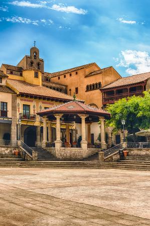 Poble Espanyol バルセロナ、カタルーニャ、スペインのモンジュイックの丘のたてもののメイン広場マヨール広場 写真素材