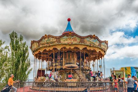 BARCELLONA - 12 AGOSTO: Carosello d'annata al parco di divertimenti di Tibidabo, Barcellona, ??Catalogna, Spagna il 12 agosto 2017 Il parco aperto nel 1905 ed è fra il più vecchio nel mondo ancora funzionante Archivio Fotografico - 88010265