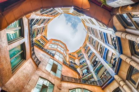 バルセロナ - 8 月 9 日: 中庭のビューおよび別名カサ ・ ミラ、カサ ・ ミラの心房有名な建物によって設計されたアントニ ・ ガウディとバルセロナ
