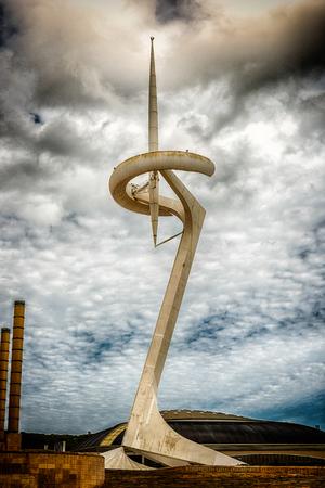 BARCELONA - 11 augustus: Communications Tower, aka Torre Telefonica, ontworpen door de architect S. Calatrava en gelegen in het Olympisch park van Montjuic, Barcelona, ??Catalonië, Spanje, op 11 augustus 2017