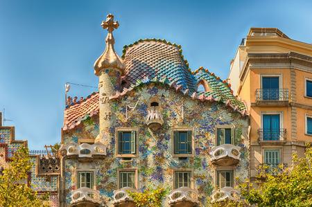 BARCELONA - 9 augustus: Gevel en Dragon's tegel dakterras van Casa Batllo, gerenommeerd gebouw ontworpen door Antoni Gaudi en iconische mijlpaal in Barcelona, Catalonië, Spanje, op 9 augustus 2017 Stockfoto - 88010309