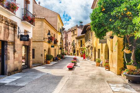BARCELONA - 11 AUGUSTUS: De schilderachtige architectuur van Poble Espanyol (in het Engels: Spaans dorp), een openlucht architectonisch museum op de heuvel Montjuic in Barcelona, Catalonië, Spanje, op 11 augustus 2017 Redactioneel
