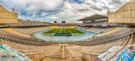 바르셀로나 - 년 8 월 11 : 2017 년 8 월 11 일에 보이는 Montjuic 언덕, 바르셀로나, 카탈로니아, 스페인에있는 올림픽 반지 복잡 한 올림픽 경기장 Lluis Companys