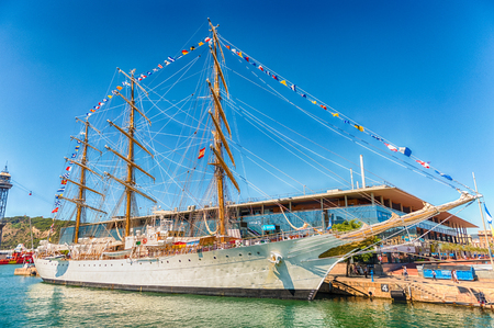 BARCELONA - AUGUST 10: Three-masted sailing ship in the port of Barcelona, Catalonia, Spain, as seen on August 10, 2017 Éditoriale