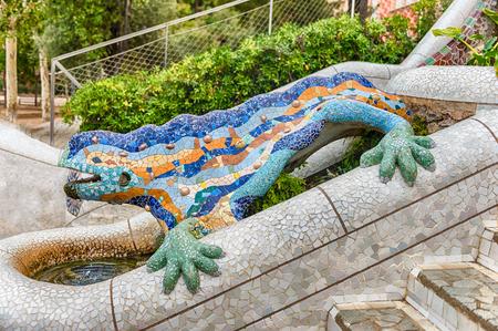 """모자이크 도롱뇽 또는 도마뱀, """"엘 Drac""""(드래곤 영어로)라고도하는 여러 가지 빛깔 된 조각. 분수대 공원 Guell, 바르셀로나, 카탈로니아, 스페인"""