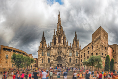 Panoramic view with the scenic facade of the gothic Cathedral of the Holy Cross and Saint Eulalia, aka Barcelona Cathedral, Catalonia, Spain Éditoriale