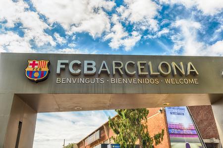 バルセロナ - 8月 11: FCバルセロナのスタジアムでカンプノウ体験ツアーと博物館の入り口ゲートで歓迎看板, カタルーニャ, スペイン, 8月 11, 2017 写真素材 - 90729369