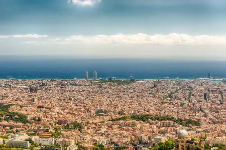 Vue aérienne panoramique de la montagne Tibidabo sur la ville de Barcelone, Catalogne, Espagne