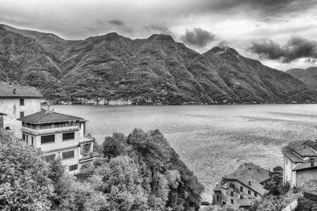Paysage pittoresque sur le lac de Côme, vu de la ville de Bellano, Italie Banque d'images