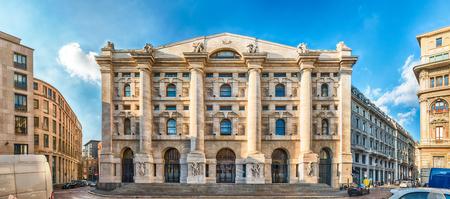 Vue panoramique de Palazzo Mezzanotte (en anglais: Midnight Palace), siège de la bourse italienne à Milan, Italie