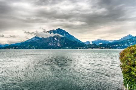 Vue idyllique sur le lac de Côme de la ville de Varenna, Italie Banque d'images