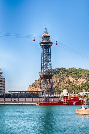 Vue de la tour Jaume I, l'une des deux stations du Tramway de Port Vell, emblème emblématique de Barcelone, Catalogne, Espagne Banque d'images