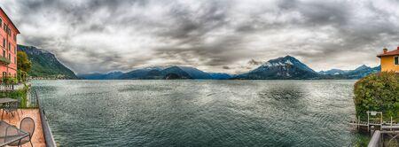 Vue idillic panoramique sur le lac de Côme de la ville de Varenna, Italie Banque d'images