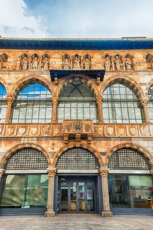 Façade de la Loggia degli Osii, bâtiment historique de la Piazza Mercanti, place centrale de Milan, Italie