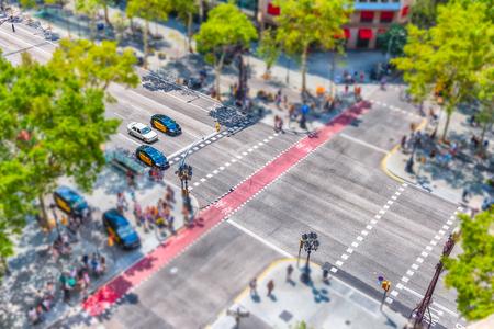Vue aérienne du Passeig de Gracia dans le quartier de l'Eixample de Barcelone, en Catalogne, en Espagne. Effet de basculement appliqué Banque d'images