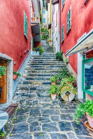 Ruelle pittoresque dans le pittoresque village de Varenna sur la rive orientale du lac de Côme, Italie Banque d'images