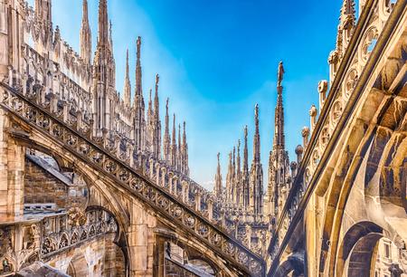 Détail avec des flèches en marbre et des statues sur le toit de la cathédrale gothique de Milan, Italie Banque d'images