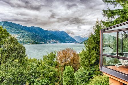 Paysage pittoresque sur le lac de Côme, vu de la ville de Brunate, Italie