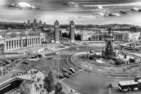 Vue aérienne de la Plaça d'Espanya, vers les Tours Vénitiennes et le Musée National d'Art. Cette place emblématique est située au pied de Montjuic et c'est un point de repère majeur à Barcelone, Catalogne, Espagne