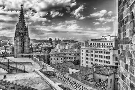 Vue aérienne panoramique du haut de la cathédrale gothique de la Sainte Croix et de Sainte Eulalie, alias Cathédrale de Barcelone, Catalogne, Espagne