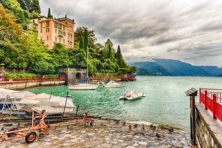Vue panoramique sur le pittoresque village de Varenna sur la rive orientale du lac de Côme, en Italie