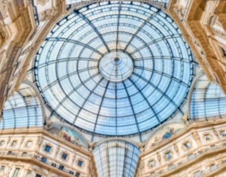 Fond défocalisé avec le dôme de verre de la Galleria Vittorio Emanuele II, centre commercial emblématique et point de repère à Milan, en Italie. Post-production intentionnellement floue pour l'effet bokeh