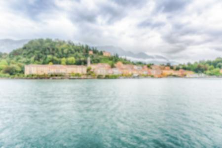 Fond défocalisé avec vue panoramique au crépuscule avec front de mer de la ville de Bellagio sur le lac de Côme, en Italie. Post-production intentionnellement floue pour l'effet bokeh