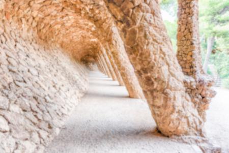 Fond défocalisé de la voie à colonnades, Park Guell, Barcelone, Catalogne, Espagne. Post-production intentionnellement floue pour l'effet bokeh Éditoriale