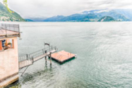 Fond défocalisé avec vue idyllique sur le lac de Côme de la ville de Varenna, en Italie. Post-production intentionnellement floue pour l'effet bokeh Banque d'images