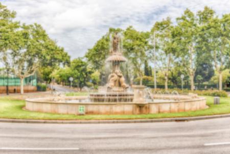 Fond défocalisé de fontaine sur la colline de Montjuic, Barcelone, Catalogne, Espagne. Post-production intentionnellement floue pour l'effet bokeh